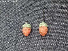 「どんぐりのあみぐるみ」めんどうな編み方はせずに、細編みでぐるぐる編んじゃいます。 全長4cm弱。 目鼻をつけてストラップなどにしても(^-^*)[材料]どんぐり本体用レース糸/どんぐりの帽子用レース糸/フェルト(どんぐり本体と同系色)/綿/金具など(ストラップにする場合) Crochet Jewelry Patterns, Crochet Accessories, Knitting Patterns, Crochet Motif, Crochet Flowers, Knit Crochet, Japanese Crochet Patterns, Diy Earrings, Handicraft