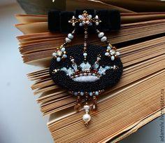 """Купить Брошь из бисера """"Принцесса Монако"""" - черный, брошь из бисера, вышитая брошь, орден, Геральдика"""