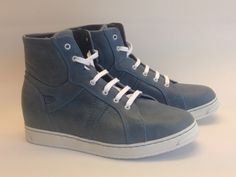 Jeansblauw is populair dit voorjaar. Net als het sneakermodel, in welke variant dan ook.