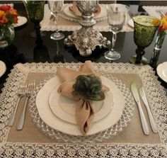 Napkin ring ideas and types. Elegant Table Settings, Christmas Table Settings, Dinner With Friends, Napkin Folding, Deco Table, Dinner Table, Table Runners, Napkin Rings, Diy And Crafts