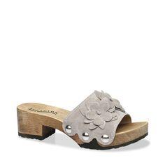 Große Blumenapplikationen in Verbindung mit den Metallnieten verleihen dieser Sandalette einen besonderen Charme! So hat man schnell den idealen Begleiter für sonnige, heiße Tage gefunden. Wir empfehlen dazu ein kurzes Hemdblusenkleid oder ein luftiges Top und eine schlichte Cropped-Pant. #münchen #softclox #sommer #shoes #frühjahr #kaschmir #grey