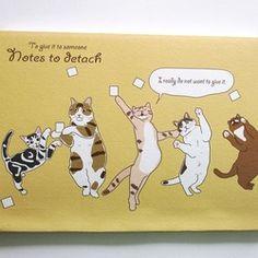 【受注制作】会社などで、伝言がある時に使えるメモを作りました。ミシン目が入っています。字の大きな方は1ページお使いください(笑)。表紙はメモに踊らされています!!中の猫さんは16匹です。ランダムに出てきます。表紙は画用紙でやや厚めですが、市販のものより弱いので気になる方はカバーをお使いください。一般的なサイズに近いので、市販の文庫本などのカバーが使えると思います。ほかの手帳より薄い紙を使用しています。裏�