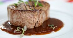 Så gör du världens bästa rödvinssås   Land.se Lchf, Food For Thought, Love Food, Pesto, Steak, Food And Drink, Yummy Food, Cooking, Recipes