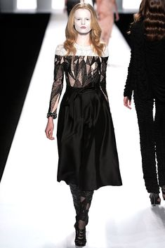 See the complete Viktor & Rolf Fall 2009 Ready-to-Wear collection.
