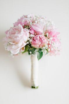 bridal bouquet with peonies and baby's breath – Brautstrauß mit Pfingstrosen und Schleierkraut