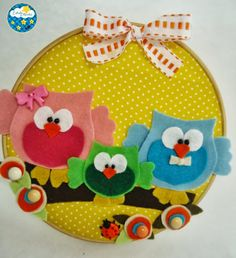 Como fazer quadrinho de bastidor com feltro - Artesanato Brasil Could also use pattern of felt owl for bookmarks Felt Crafts Diy, Owl Crafts, Felt Diy, Handmade Crafts, Embroidery Hoop Crafts, Embroidery Hoop Art, Felt Wall Hanging, Baby Deco, Owl Fabric