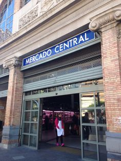 Nuestra clase tomó un viaje al Mercado Central para aprender sobre la comida se vende en Alicante. Vimos carnicerías, pescaderías, panaderías, y fruterías. A todos los lugares, preguntamos sobre las cosas que se venden en las tiendas.