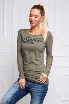Tričko s dlhým  rukávom, okrúhlym výstrihom a potlačou s popisom I love but I love me more. Tričko je ušité z príjemného materiálu, vhodné na každodenné nosenie.