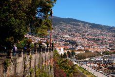 Funchal on täynnä kaikkia aisteja kutkuttavia herkkuja. Kaduilla näkyvistä taideprojekteista ihaniin ravintoloihin, Funchal kutsuu kävijän kulkemaan jokaisella kujallaan. Aikaisesta aamusta iltahämärään ja yöhön kaupunki näyttää aina hieman erilaiselta. #Madeira #Aurinkomatkat