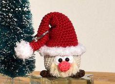 Das Tröpfli hat sich ein hübsches Weihnachtskostüm angezogen. Eigentlich ist es nur eine Nikolaus-Mütze, aber es sieht super aus. Jetzt los häkeln.