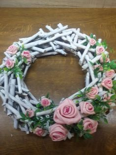 Centro Navidad Floral Centerpieces, Floral Arrangements, Easy Crafts, Diy And Crafts, Paper Basket, Funeral Flowers, Wreath Tutorial, Hand Painted Furniture, Homemade Christmas