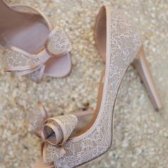 Trouxe o #SapatoComLaço, lembra deles? Da @MaisonValentino só pra te desejar uma boa noite. Então, boa noite!  #Shoe #Shoes #PeepToe #WeddingShoe #ValentinoShoe #Scarpin #SapatoDeSalto #SapatoDeGrife #FashionBlog #StreetStyle #Classic #Style #Outfit #Bride #Wedding  #SenhoraInspiração  #SenhoraInspiraçãoBlog www.SenhoraInspiração.Blogspot.com.br