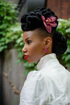 ♥♥♥  19 penteados para noivas negras O cabelo crespo tem suas particularidades e é importante pensarmos em penteados para noivas negras que valorizem sua beleza! http://www.casareumbarato.com.br/19-penteados-para-noivas-negras/