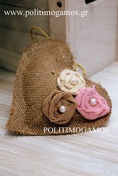 Μπομπονιέρα βάπτισης καρδιά λινάτσα   Ανθοδιακοσμήσεις   Χειροποίητες μπομπονιέρες και προσκλητήρια   Είδη γάμου και βάπτισης   Politimogamos.gr Burlap Crafts, Projects To Try, Crochet Hats, Romantic, Sewing, Knitting, Wedding Stuff, Fabric, How To Make