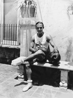 Vintage Boxer (Is this Rudolph Valentino? Old Hollywood Movies, Old Hollywood Glamour, Vintage Hollywood, Classic Hollywood, Hollywood Cinema, Hollywood Stars, Rudolph Valentino, Silent Film Stars, Movie Stars