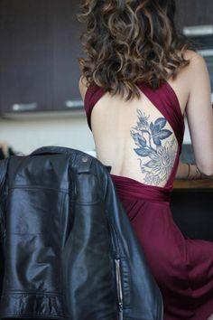 Temné barvy, tetování, provokativní výstřih na zádech, satén a kožená bunda... dokonalá kombinace