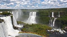 """Cataratas del Iguazú. Las cataratas del Iguazú se sitúan en Argentina (80%) y Brasil (20%). Se trata una combinación de 275 cascadas separadas que se extiende a lo largo de 2 kilómetros dentro de áreas protegidas. Tienen una altura total de 82 metros, siendo la mayor caída de agua de 80 metros y conocida como """"la garganta del diablo""""."""
