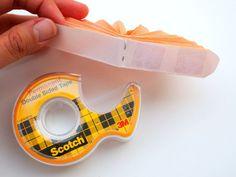 fabriquer-une-fleru-en-papier-en-reliant-les-bouts-du-papier-en-accordéon-au-ruban-adhesif-double-face-activité-manuelle-maternelle-primaire