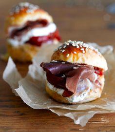 Miniburgerit // Mini Burger Food & Style Elina Jyväs Photo Sanna Peurakoski Maku 4/2015, www.maku.fi