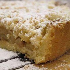 TARTA DE PERA CON CRUMBLE DE ALMENDRA. Ingredientes: 1 fondo de tarta de masa quebrada horneada + Azúcar y mantequilla para caramelizar peras + 6 peras peladas y en dados + 1 puñado de pasas de Corinto + 1 pizca de Sagardoz (aguardiente de manzana) + 1 rama abierta de vainilla. Crumble: 55 g. de harina + 55 g. de azúcar + 45 g. de almendra en polvo + 45 g. de mantequilla pomada. Cocción 30' a 195ºC