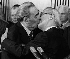Baiser culte : le baiser fraternel entre Brejnev (URSS) & Honecker (RDA), 1979 par Régis Bossu lors des célébrations du 30ème anniversaire de la RDA