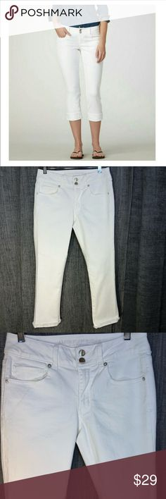 """American Eagle Artist Crop Jeans Capris White stretchy American Eagle Artist Crop jean capris. Size 8, washed once, never worn. No flaws.   Measures: 14-1/2"""" at the waist, 23"""" inseam. Can be cuffed or not.   Happy to bundle, I will promptly answer any questions :) Follow me to see new items.   Clean, non smoking home. American Eagle Outfitters Jeans Ankle & Cropped"""