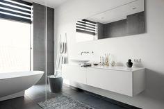 Eksklusivt badeværelse med enkle linjer. Se hele boligen på www.jke-design.dk.