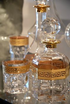 gold and glass decanters w/ Greek key design Bandeja Bar, Cristal Art, Vase Deco, Versace Home, Versace Versace, Versace Glasses, Design Living Room, Design Bedroom, Key Design