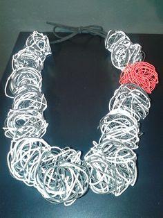 Collaret de cordó metàl·lic (Lourdes Calvet) // Collar hecho con hilo metálico (Lourdes Calvet) // Necklace made with metallic thread (Lourdes Calvet)