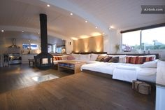 House boat with large living area Barge Interior, Boat Interior, Barge Boat, Quonset Hut Homes, Dutch Barge, Houseboat Living, Living On A Boat, Floating House, Tiny House Movement