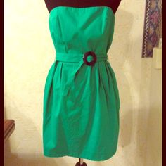 Springtime Green Pocketed FRENCH CONNECTION Dress EUC. Beautiful green dress with fitted bust and fantastic pockets. Buckle is a deep navy blue. Super cute and ready for sandals and sunshine! Zipper in back and belt is removable/adjustable. French Connection Dresses Midi
