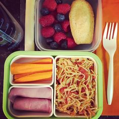 #Teuko lunchbox: carrot sticks, ham, spaghettis with tomato-basil sauce, mozzarella cheese stick, raspberries & blueberries (& madeleine.. yum!), water. By Jessica, www.teuko.com