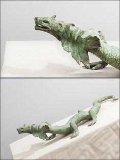 Lagarto alado 1 (long. 64cm). Animal mitológico con cabeza de dragón y cuerpo de lagarto. Fundido en bronce a la cera perdida y patinado en verde.    Figuras decorativas - figuras de bronce - figuras decoracion salon - #bronzeder