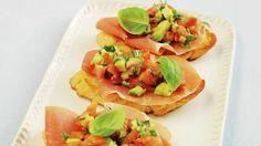 Bruschetta - ristet brød med spekemat og frisk salsa med avocado på toppen. Nydelig som forrett, smårett eller som en tapasrett. Uttales: brusketta