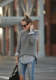 Grauer Sweater in Kombination mit einem gestreiften Hemd. Gutscheine &…