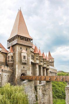Het Huniazi kasteel is ook wel bekend als het Hunedoara kasteel en ligt in westen van Roemenië. Het is een van de grootste kastelen in Europa en de oudste delen stammen uit de 14e eeuw. De ligging in het mystieke Transsylvanië en het uitzicht op de Zlasti-rivier geven het kasteel een bijna magische uitstraling. Er zijn verschillende legenden die over het kasteel de ronde doen. Een van de bekendste legenden is dat gevangenen de waterput hebben uitgegraven en er 15 jaar over gedaan.