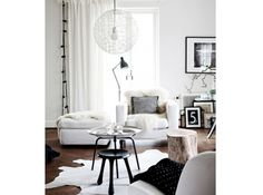 Salon noir blanc scandinave tapis peau bete
