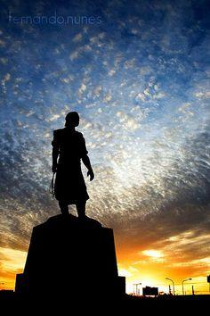 Eleito Símbolo Oficial de Porto Alegre em 1992, O Laçador é o monumento de bronze que ilustra toda a tradição do gaúcho em suas vestes de pilcha.