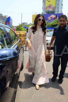 Deepika seeks Lord Ganesha's blessings before Piku's release! Indian Designer Suits, Indian Suits, Indian Attire, Indian Ethnic Wear, Casual Indian Fashion, Mode Abaya, Dress Indian Style, Indian Dresses, Kurta Designs Women