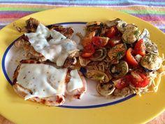 Un muslo de pollo y un filete de pechuga de pavo a la plancha con queso bajo en grasa. Acompañado de espaguetis integrales con tomates cherry, champiñones naturales a la plancha y mejillones.