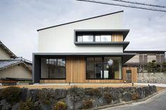 写真:冨田英次 専門家:Den Nen Architectureが手掛けた、窓が特徴的な片流れ屋根の外観(富雄北の家)の詳細ページ。新築戸建、リフォーム、リノベーションの事例多数、SUVACO(スバコ)
