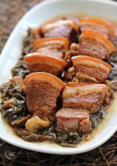 This slow cooked braised pork with mui choy is a popular dish in the Hakka (Chinese, 客家) family and the addictively sauce is good to serve with hot rice. Beer Braised Short Ribs, Braised Pork Ribs, Braised Lamb, Braised Chicken, Braised Cabbage, Pork Belly Recipes, Pork Dishes, Asian Recipes, Hawaiian Recipes