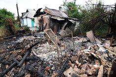 ウクライナ東部ドネツク(Donetsk)近郊のMaryinka村で、前日の政府軍の砲撃によって破壊された家屋(2014年7月13日撮影)。(c)AFP/DOMINIQUE FAGET ▼14Jul2014AFP|ウクライナ東部で戦闘激化、民間人15人死亡 http://www.afpbb.com/articles/-/3020428