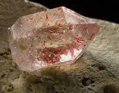 Hematite incrustada en cuarzo. Kazajstán. http://www.geologyin.com/?m=1
