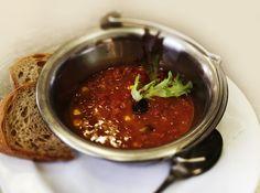 Denné menu Vranov | Chilli con carne z hovädzieho mäsa s čerstvým chlebom podávané v kotlíku - reštaurácia Hotel Patriot*** #hotel #restaurant