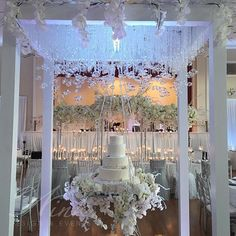 How gorgeous is this suspended wedding cake? Wedding Cake Display, Wedding Cake Stands, Wedding Reception Decorations, Wedding Cake Toppers, Wedding Cake Fresh Flowers, Elegant Wedding Cakes, Diy Wedding, Dream Wedding, Wedding Day