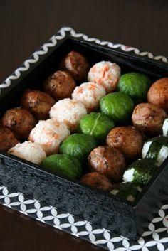 肉巻きおにぎり、野沢菜おにぎり、鮭おにぎり、塩おにぎりの夢のような詰め合わせです。このお弁当のために、運動会も頑張れちゃいそうな予感♪