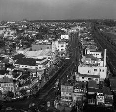 1955年ごろ、渋谷駅近くの目抜き通り。 (Photo by Orlando /Three Lions/Getty Images)