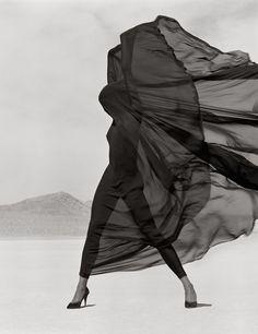 Versace Veiled Dress, El Mirage, 1990 (Herb Ritts – Fondazione Forma)