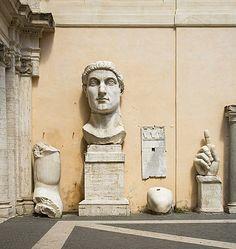 Estatua de Constantino. Tan só quedan a cabeza, unha man e fragmentos soltos da colosal estatua do emperador Constantino (s. IV d.C.) que  decoraba a nave central da súa basílica no Foro Romano. Hoxe podemos velos no Palazzo dei Conservatori, na piazza  do Campidoglio.